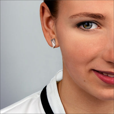 Cyllene | Ohrringe, Ohrstecker an einem Model - Nahaufnahme - 750/- Weissgold, Diamanten-Brillanten | ear-studs, earrings worn by a model - close up - 18kt white-gold, diamonds | SYNO-Schmuck.com