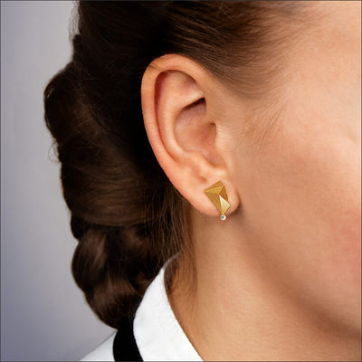 Cyllene | Ohrringe, Ohrstecker an einem Model - Nahaufnahme - 750/- Gelbgold, Diamanten-Brillanten | ear-studs, earrings worn by a model - close up - 18kt yellow-gold, diamonds | SYNO-Schmuck.com