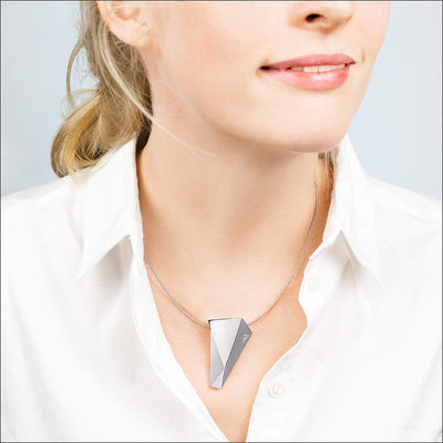 Stealth | Collier, Kette, Kettenanhänger - 750/- Weissgold, Diamanten-Brillanten - an einem Model  | necklace, pendant - 18kt white gold, diamonds - worn by a model | SYNO-Schmuck.com