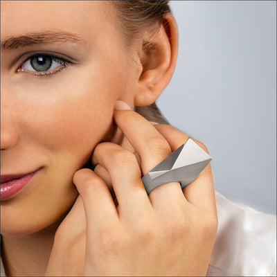 Stealth | Ring - 750/- Weissgold - an einem Model | ring - 18kt white gold - worn by a model  | SYNO-Schmuck.com