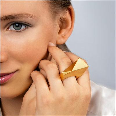 Stealth | Ring - 750/- Gelbgold an einem Model | ring - 18kt yellow gold - worn by a model | SYNO-Schmuck.com