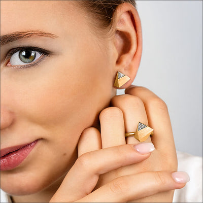 Ufo | Ohrringe, Ohrstecker & Ring - 750 Gelbgold, Diamanten-Brillanten von einem Model getragen | ear-studs, earrings & ring - 18kt yellow gold, diamonds worn by a model | SYNO-Schmuck.com