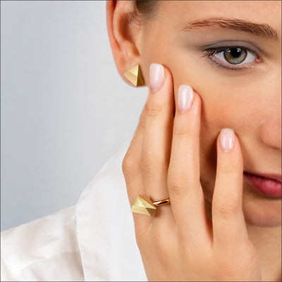 Ufo | Ohrringe, Ohrstecker & Ring - 750 Gelbgold von einem Model getragen | ear-studs, earrings & ring - 18kt yellow gold worn by a model| SYNO-Schmuck.com