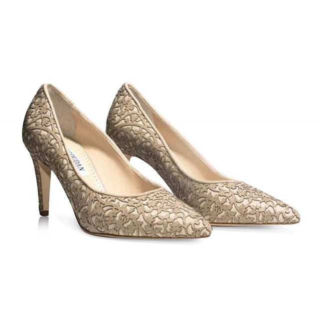 Beige pumps with mid heel and laser design
