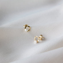 Beaten Circle Pearl 9k Gold Studs