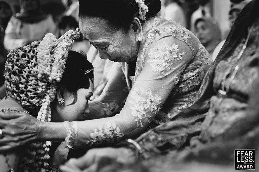 Touching-Moments-Mother-Daughter-Javanese-Wedding-Jeff-ONeal-Photography-SENIIKU Creator Marketplace