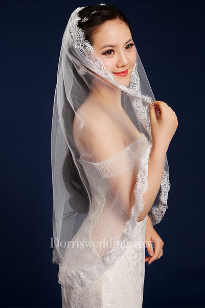 Simple Style Fingertip Short Tulle Wedding Veil with Lace Edge