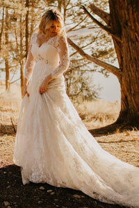 Country Style Plus Size Lace V-neck 3-4 Sleeve Wedding Dress with Court-train