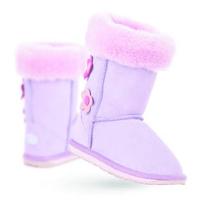 EMU - Flower Lo - Lilac https://babystuff.co.nz/products/emu-flower-lo-lilac Adorable Flower boots for the kids from EMU Australia. Keep the little one's feet warm and snug with Australian Merino wool.