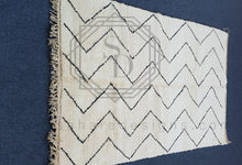Traditional Zig Zag White and Black Beni Ouarain Rug