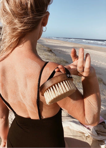 Bec at beach with Stass & Co body brush