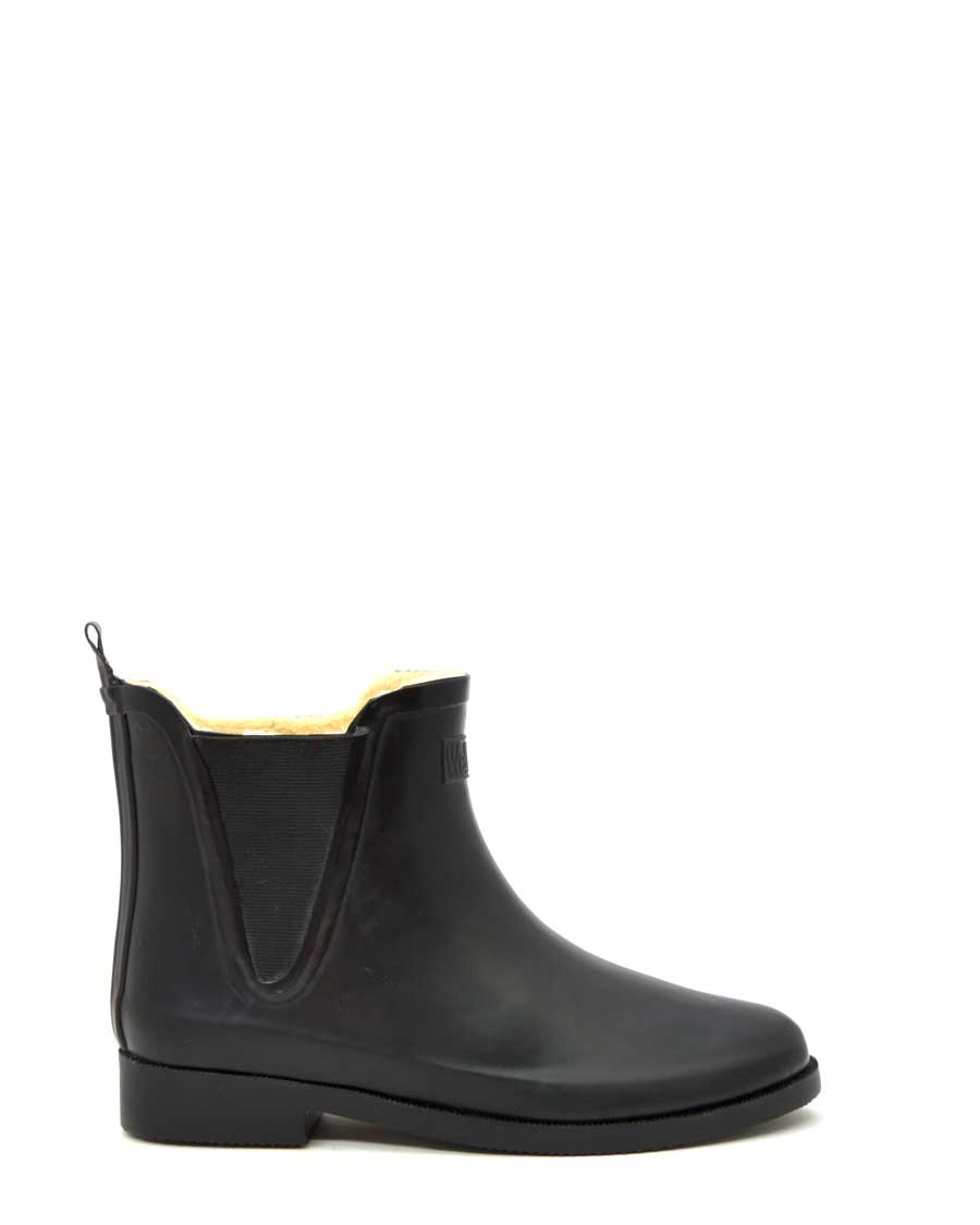 Fleeced V Black Wellies