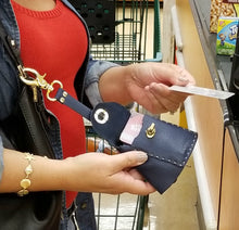 Demonstration of KEYSIE use at the supermarket Keysie Breeze Black never lose your keys key finder key wallet new women women's accessory hanging key wallet