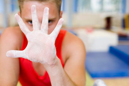 Pros & Cons of Putting Chalk on Hands When Lifting Weights