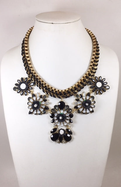 Flawer Brack & White Necklace