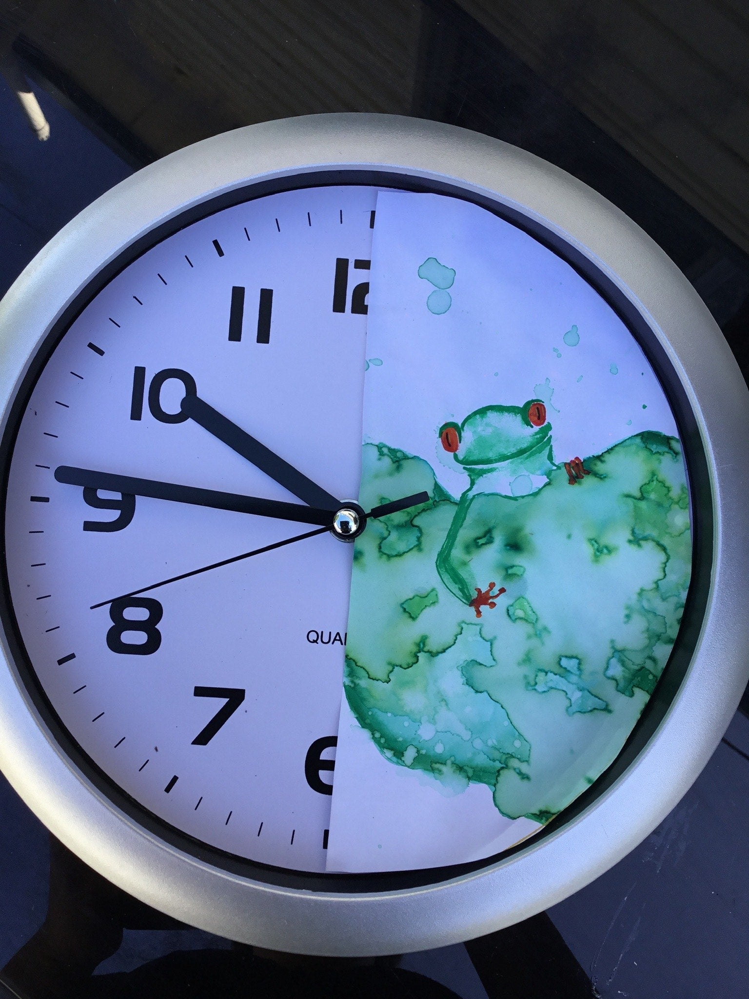Clock makeover with green tree frog motif done in watercolour pens | Life of Colour