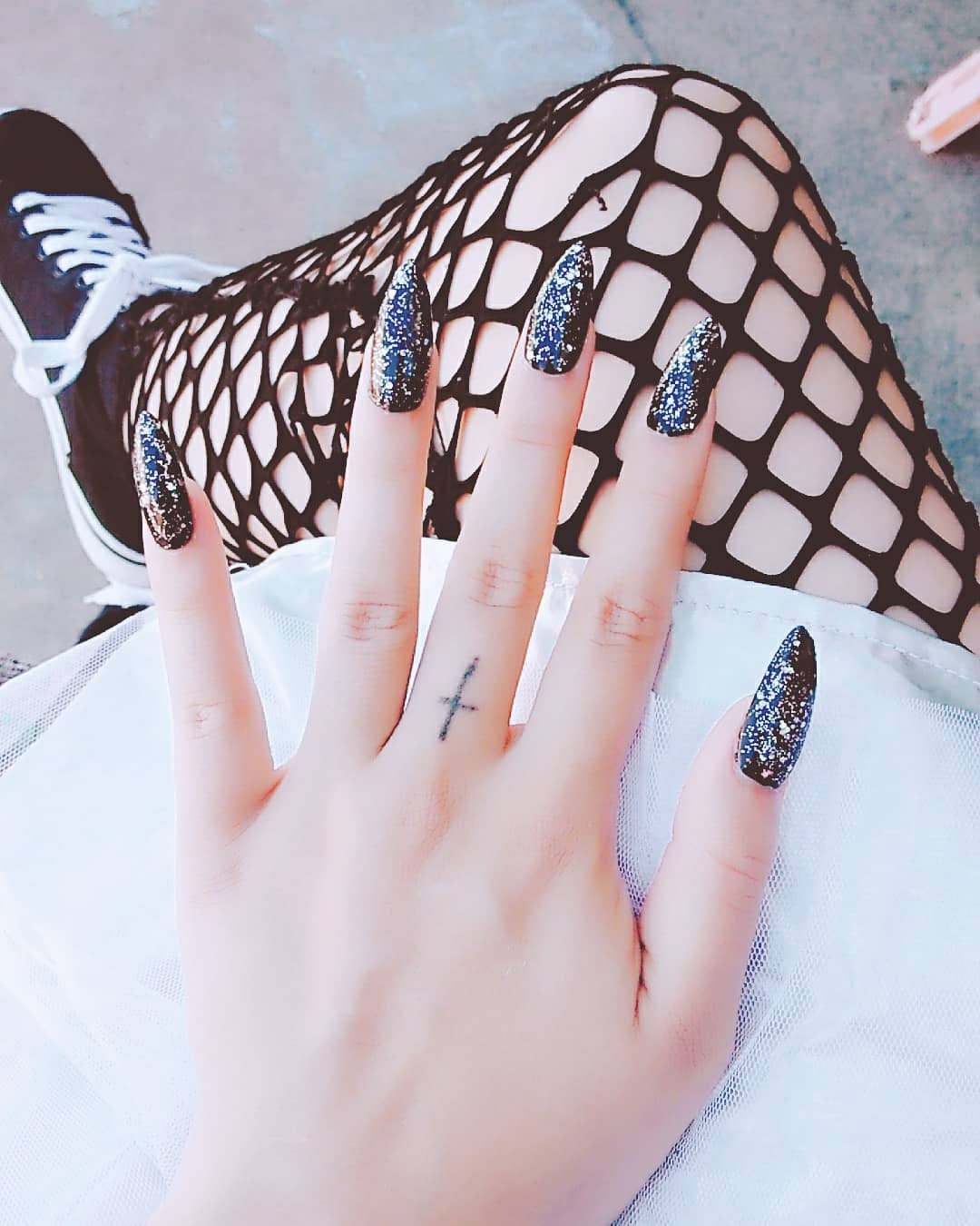 "<img src=""//cdn.shopify.com/s/files/1/2375/3611/files/black_stiletto_nails1.jpg?v=1538229033"" alt=""Best Black Stiletto Nails Designs For Your Halloween; Black nails; black stiletto nails; black and white; stiletto nails; long nails; nails addict; nails magazine; gothic nails; Halloween nails"" />"