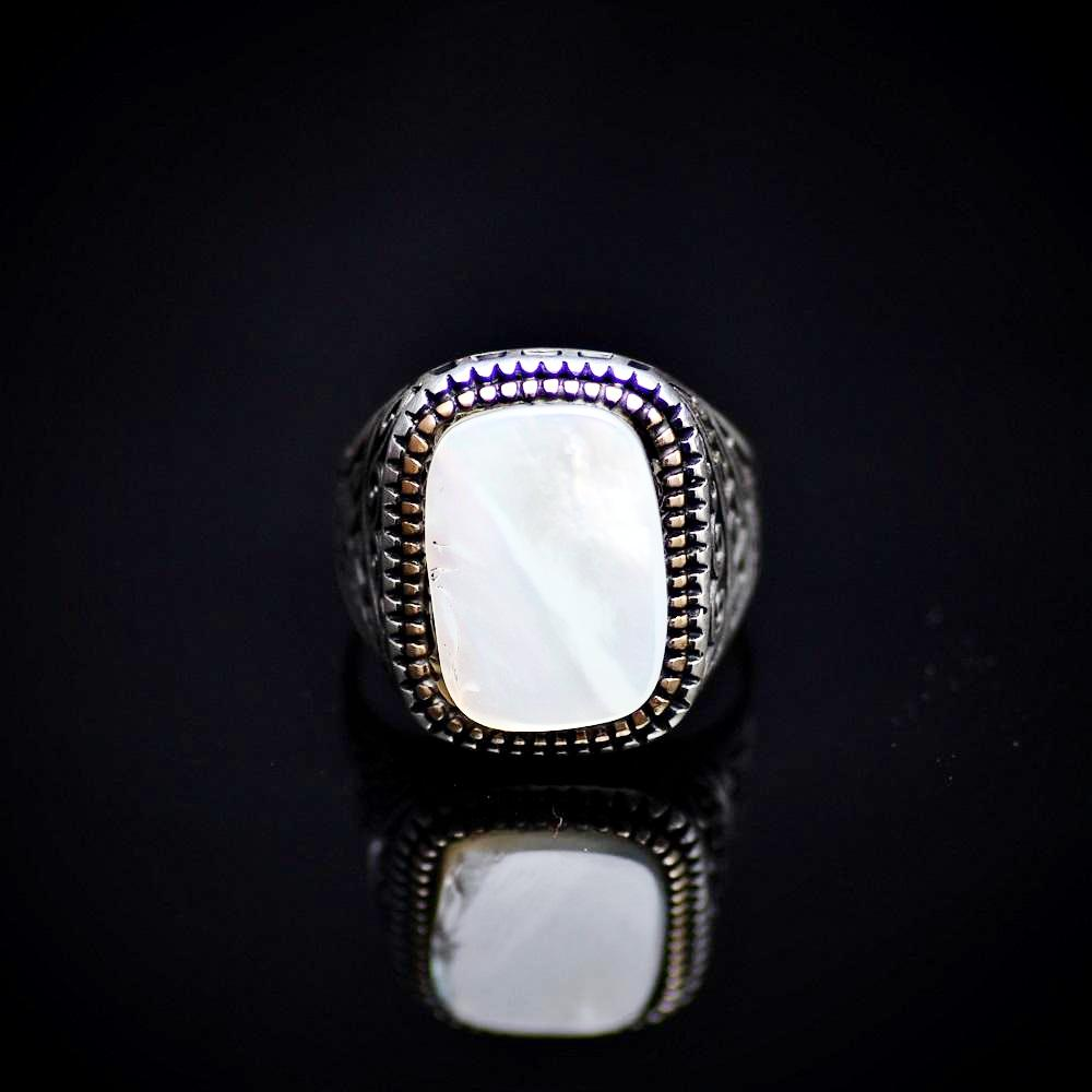 925 Sterling Silver Ring Embellished With A Big Mother Of Pearl Front