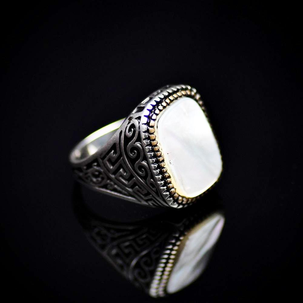 925 Sterling Silver Ring Embellished With A Big Mother Of Pearl Left