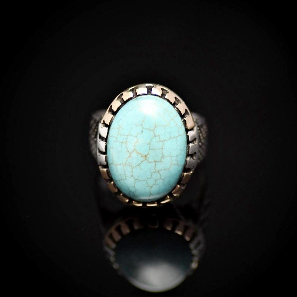 Charming Silver Ring Adorned With Turquoise Stone Front
