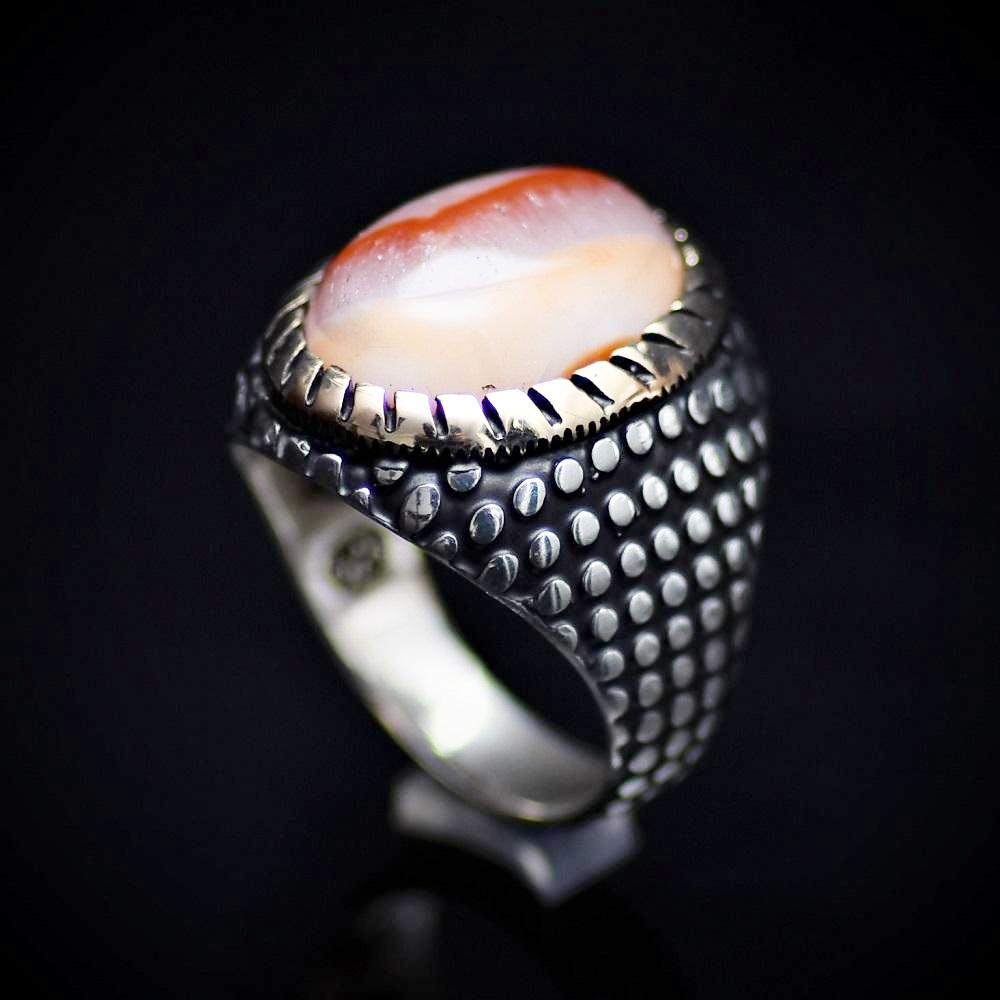 Glamorous Silver Ring Embellished With Unique Agate Stone