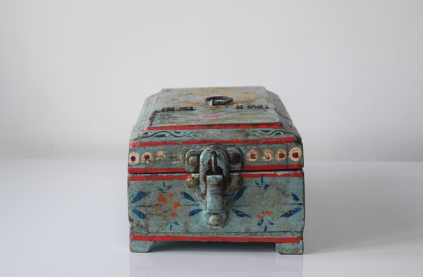 Light blue barber box with floral motifs - closed front