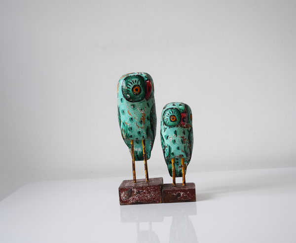 Set of 2 green distressed wooden owls - front view