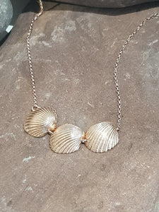 Agapi Smpokou Seastories - 3 princess oysters necklace rose gold plate