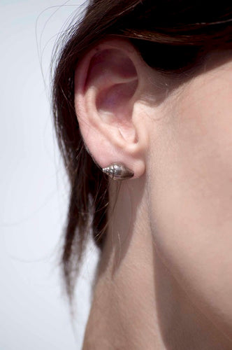 Agapi Smpokou Seastories - classic seashell silver earrings with black oxidation