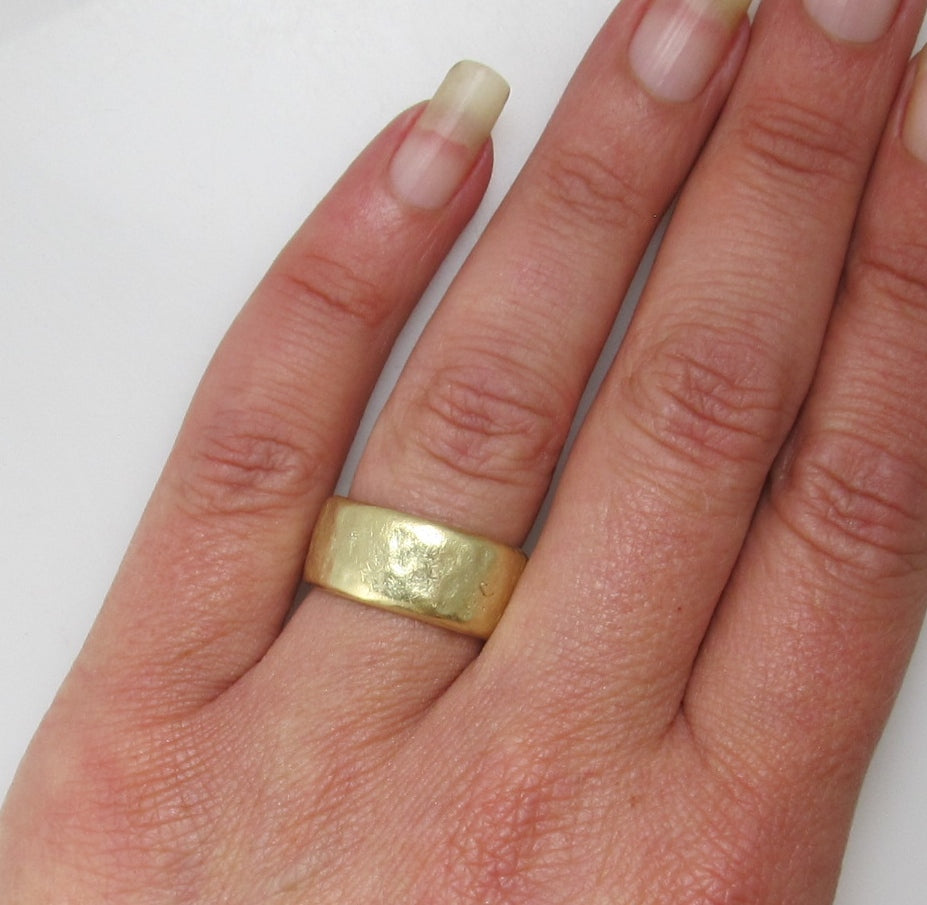 Jes MaHarry 22k yellow gold hammered band