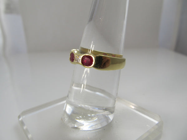 Fine 18k yellow gold ruby and diamond band