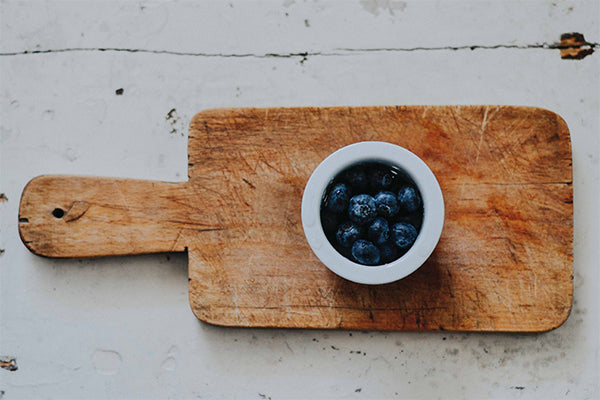 A Five Step Guide To Mindful Eating by Starseeds Click the pin to read our guide on how to eat using mindfulness techniques. Easy and perfect for beginners. #mindfulness #mindfuleating #freeguide