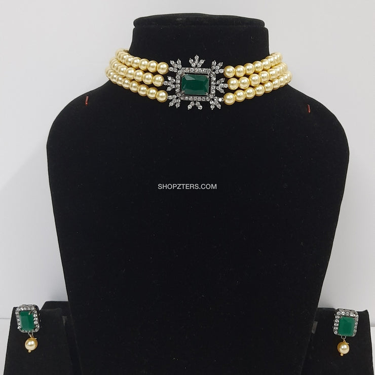 Cream Pearl Choker With Green Pendant