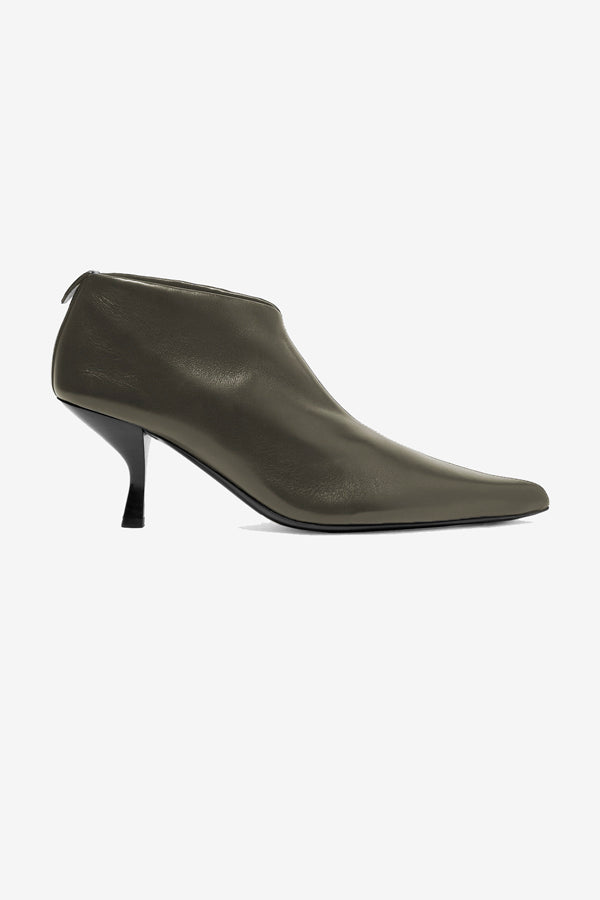 Pointed toe boots in leather