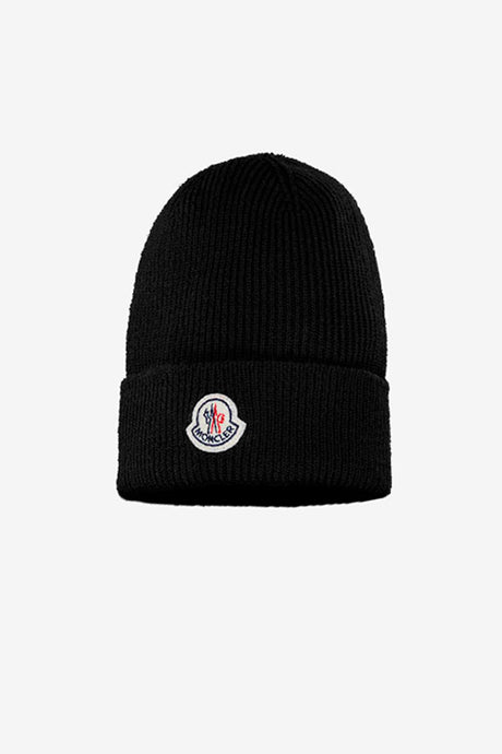 Black beanie in a rib-knit virgin wool, on the front is a felt patch Moncler logo.