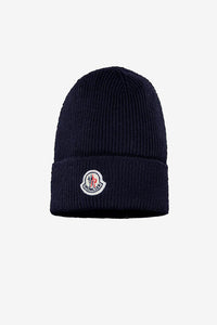 Bark blue beanie in a rib-knit virgin wool, on the front is a felt patch Moncler logo.