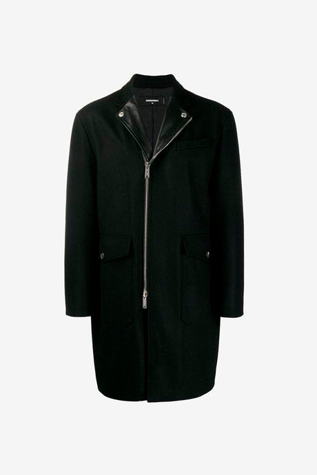 Medium long coat in black with a notch lapel in leather, and a two-way zipper. The front holds two flap closing pockets.