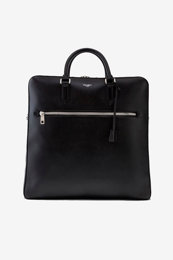 Briefcase in black calfskin, with 3 compartments, top handles, adjustable and detachable shoulder strap.