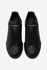 Sneakers in total black finish, with lace-up fastening. On the side of sole is a contrast branding in white.
