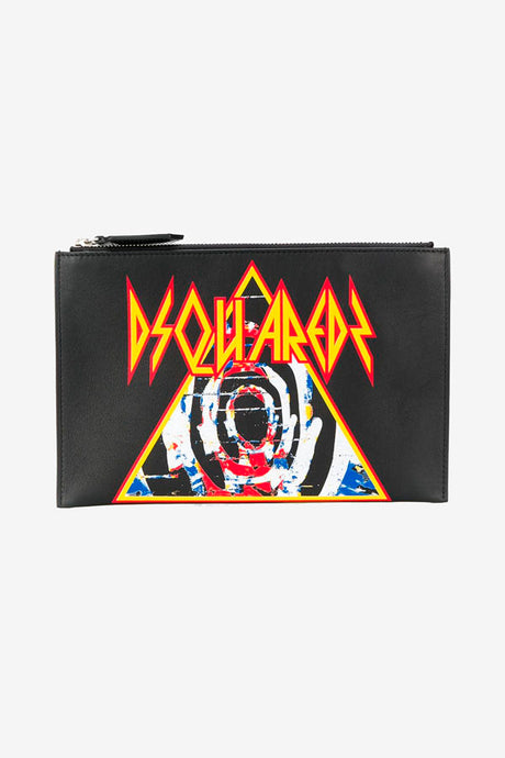 Clutch in black leather, with front graphic in red and yellow. On the top is a zipper fastening.