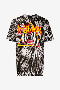Short sleeve t-shirt in all over graphic in the colors black, white, red and yellow.