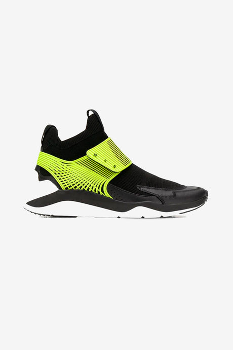 Sneakers in black with a bright yellow/green fastening. It has a round toe and is a sports sock style. The sole is in a white rubber.