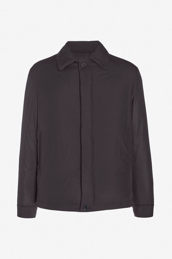 Short jacket in black microfibre with down fill. The fit is short and holds two front pockets.