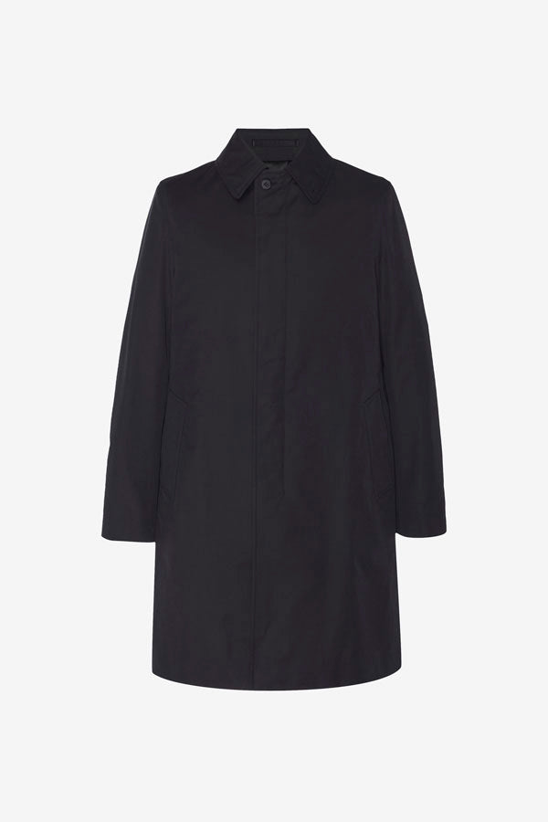 Long men's coat in black. Made from a cotton and nylon making it water-repellent. The coat has two slash front pockets.