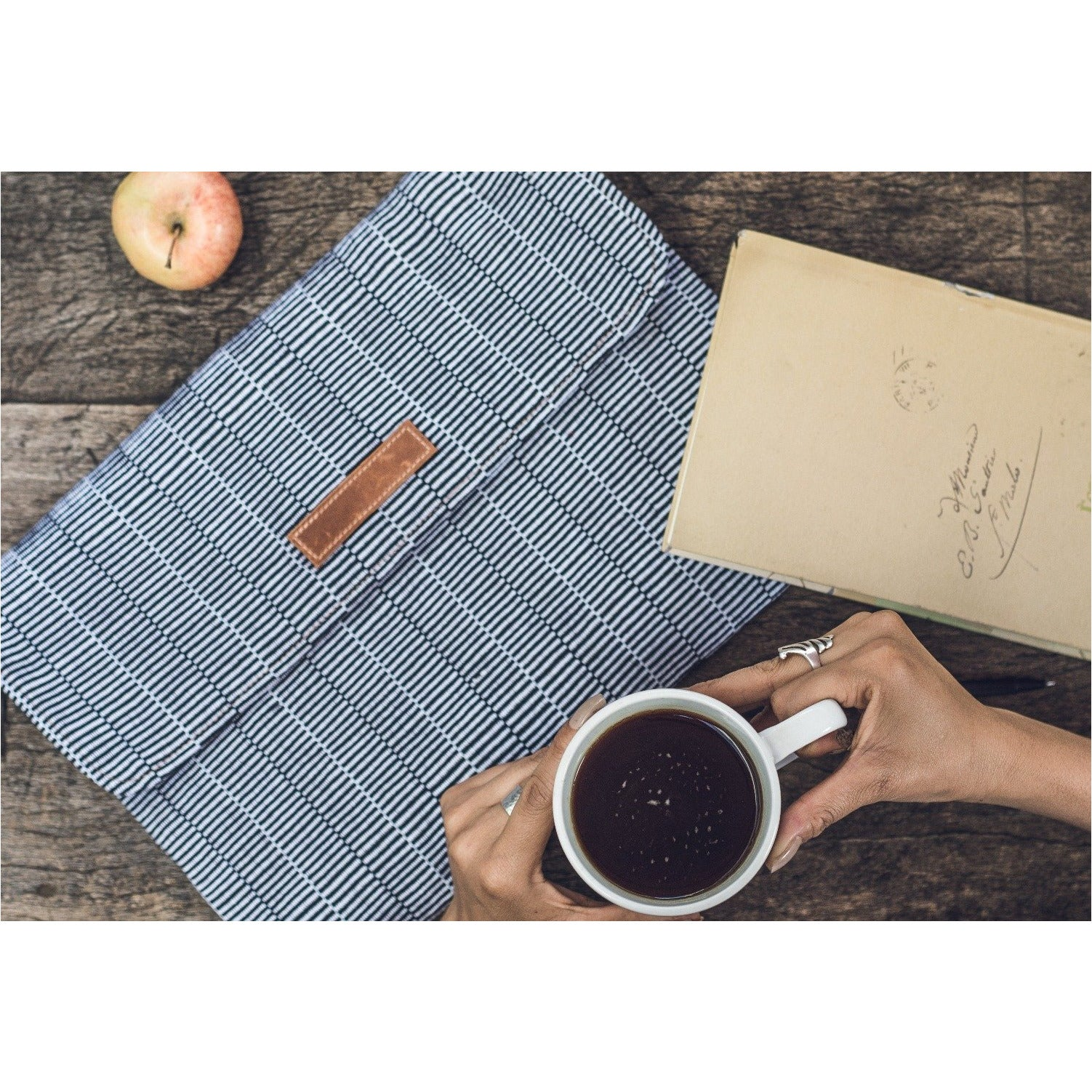 cuarteado laptop case w model