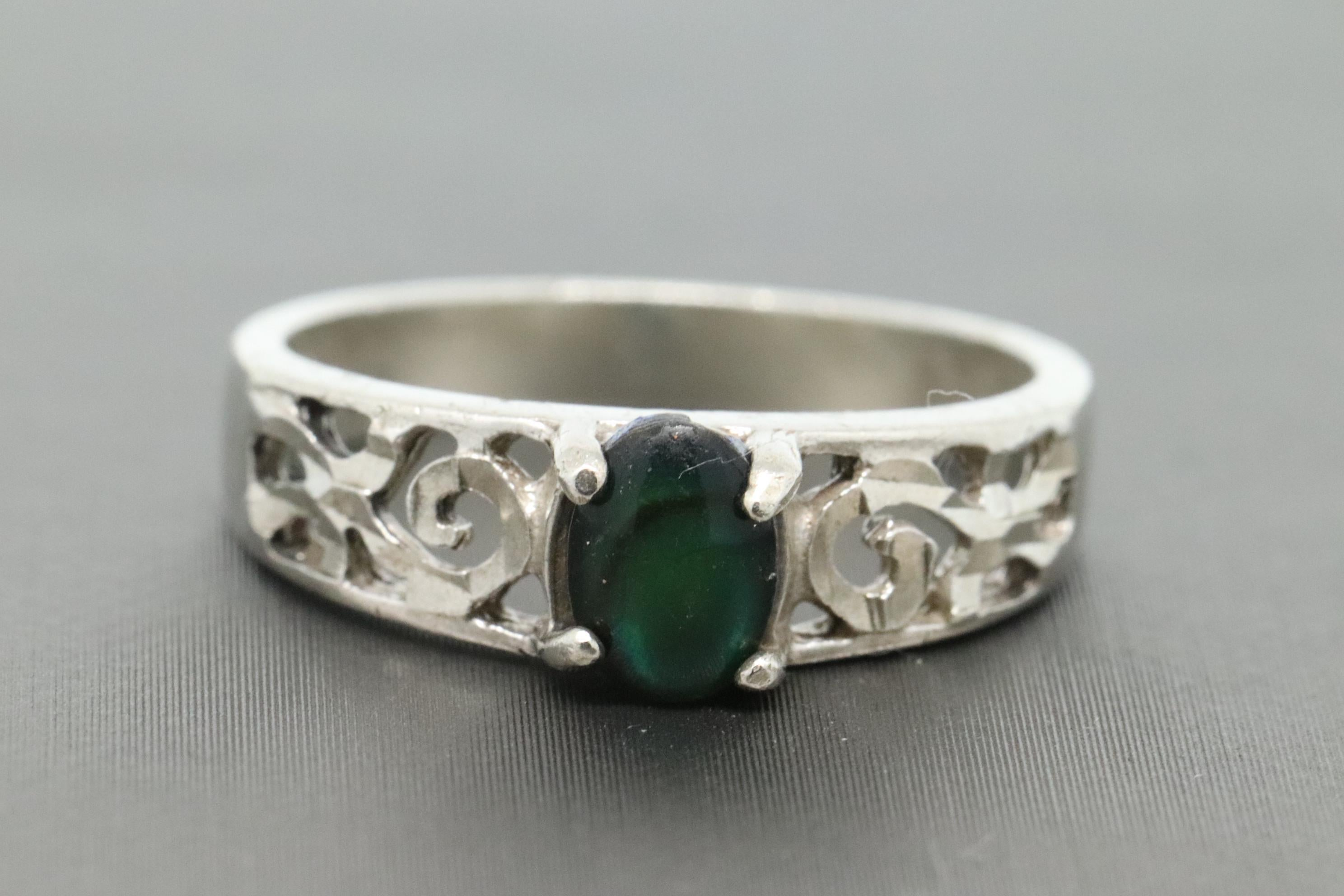 Take A Look! Beautiful /& Modern Ladies Sterling Silver Ring Size 7.75
