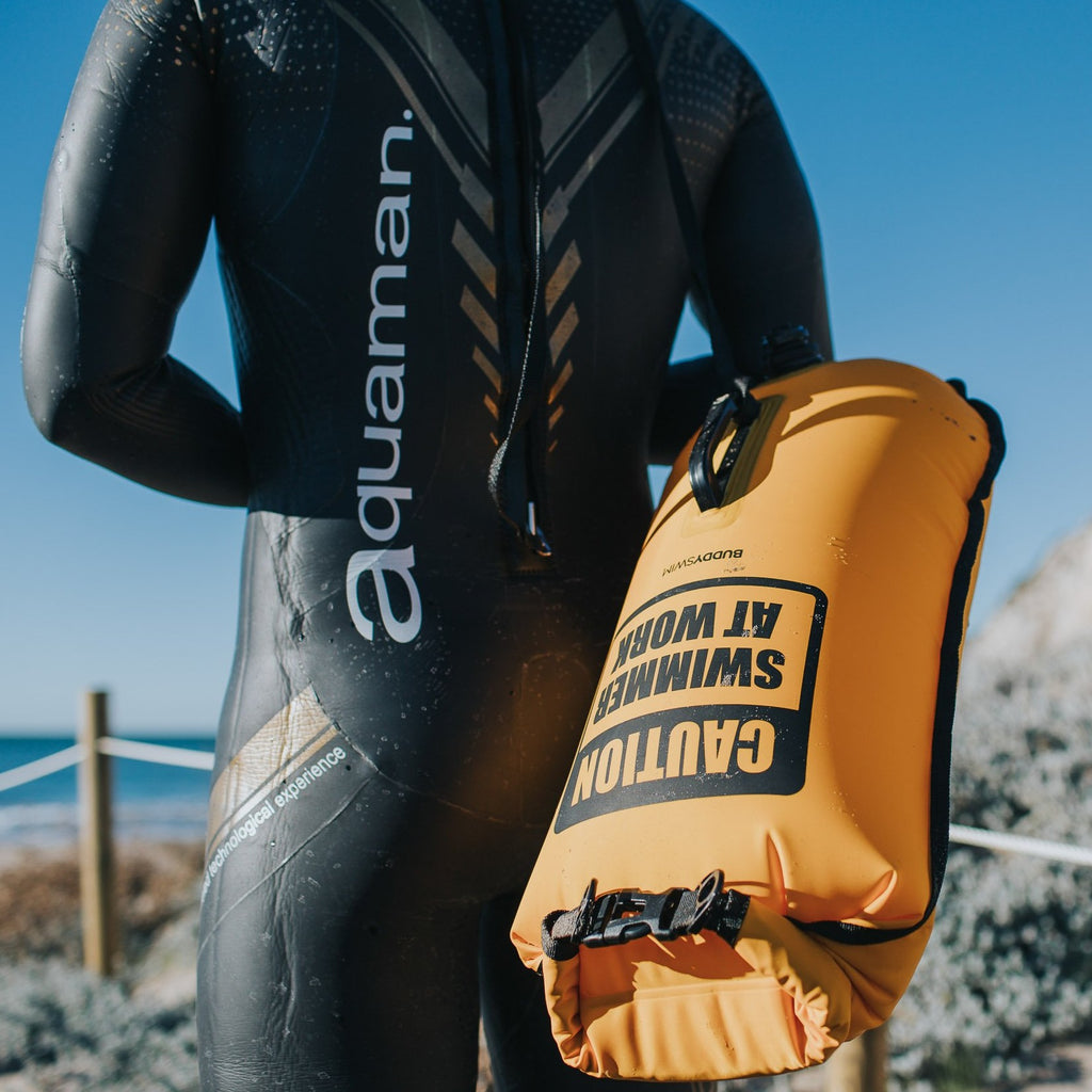 BuddySwim Schwimmboje in gelb 28l + Cap CAUTION SWIMMER AT WORK