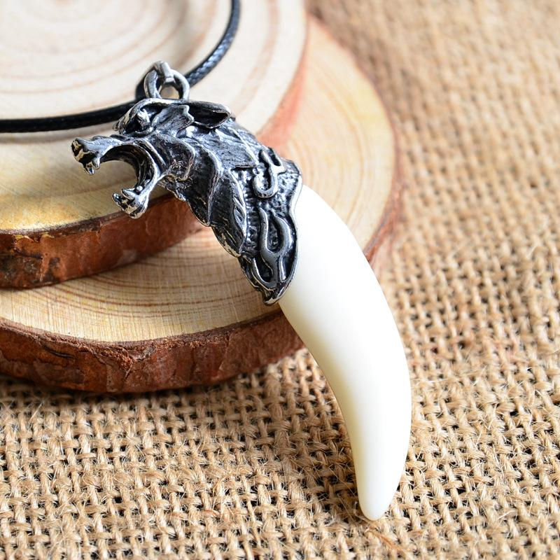 collier dent loup blanc