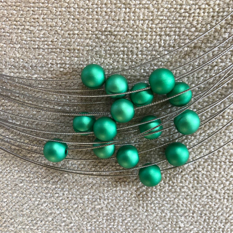 Small metal green balls on the MOOI green small metal ball necklace.
