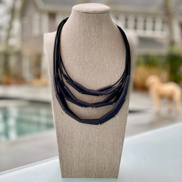 NECKLACE WITH 9 STRINGS AND 3 CM TUBES